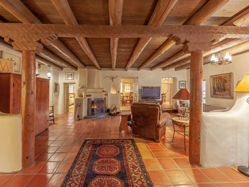Historic charm of old Taos with modern amenities. Very best location!, holiday rental in Taos
