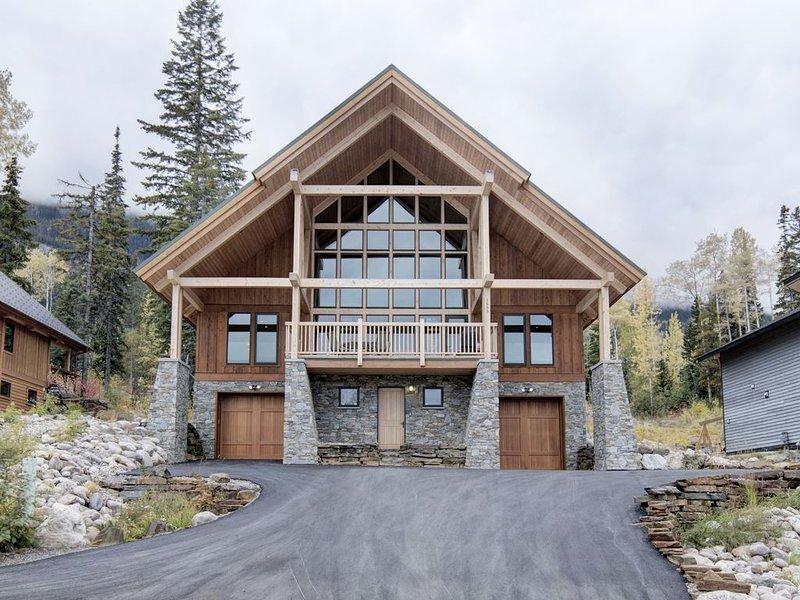 Large, modern, ski-in home, hot tub, sauna, media room,great views,heated floors, location de vacances à Golden