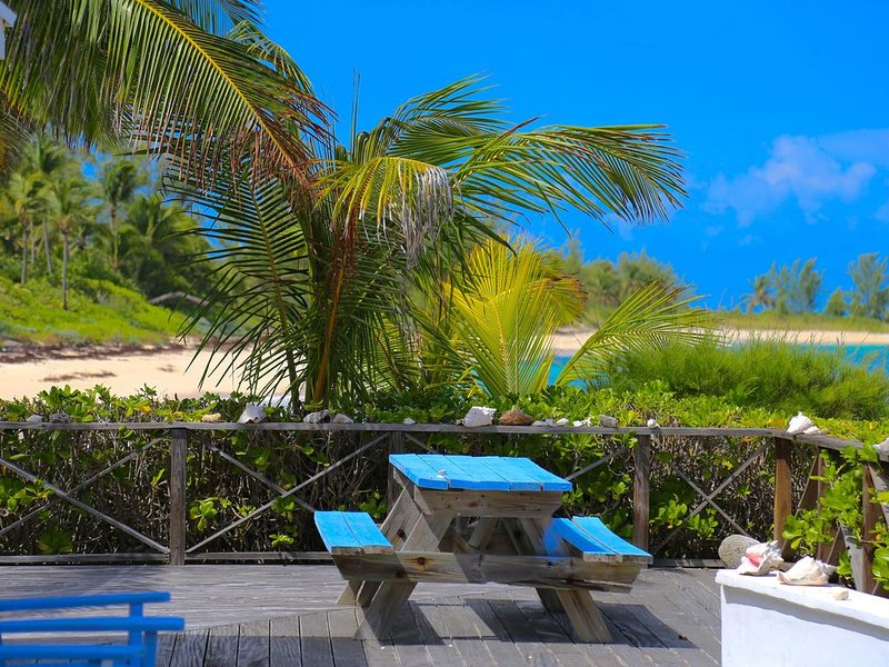 Newly Remodeled Med Point, Best Romantic Beach House, French Leave Beach, location de vacances à Eleuthera