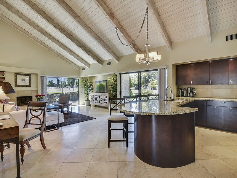 A Greenday Property: ELEGANT LAKESIDE VILLA: Epitome of the Indoor-Outdoor Palm, holiday rental in Rancho Mirage