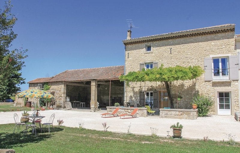 3 bedroom accommodation in Pernes les Fontaines, casa vacanza a Pernes-les-Fontaines