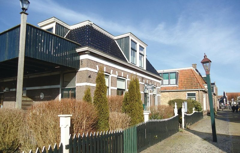 1 bedroom accommodation in Hindeloopen, holiday rental in Warns