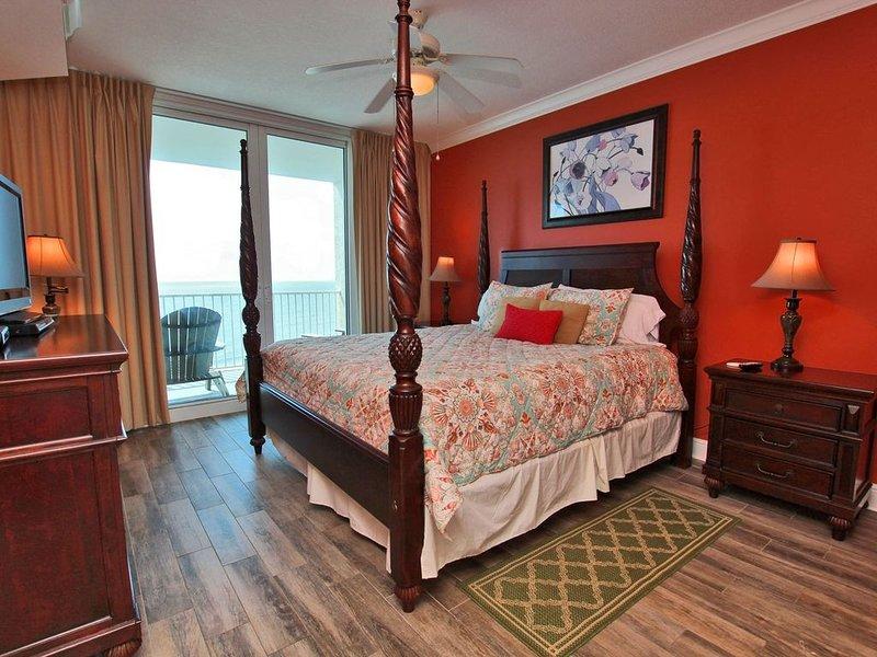 Chambre à coucher principale avec lit à baldaquin king size