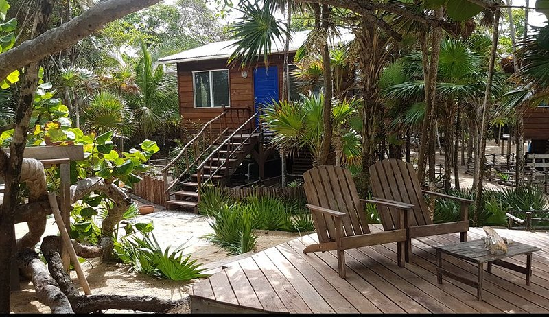 Secret Hideaway on a Secluded Beach with Amazing Food and Artful Decor, holiday rental in Gales Point