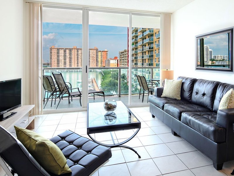 Beautiful Fully Furnished Two-bedrooms - Comfort of a Home with Resort Amenitie, location de vacances à Sunny Isles Beach