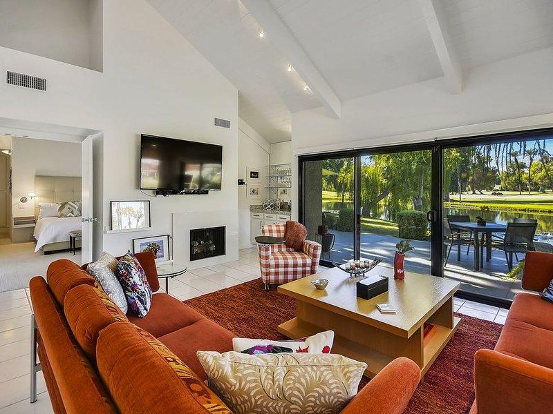 A Greenday Property: THE CROWN JEWEL: Luxurious Condo, 2 En-Suites, Stunning Vie, alquiler de vacaciones en Rancho Mirage