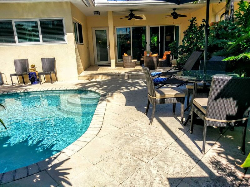Tropical beach home with Pool & hot tub 1 block to the beach!, alquiler de vacaciones en Fort Lauderdale