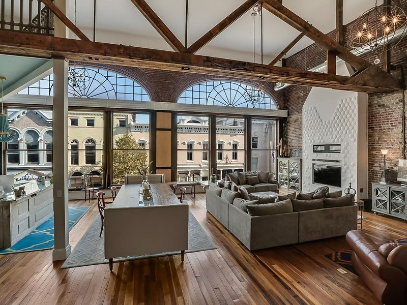 Urban Loft Downtown Shelbyville - *5,000 Sq Ft., Sleeps 17, holiday rental in Taylorsville