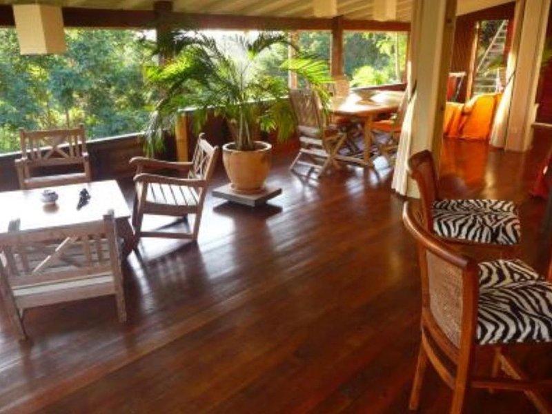 Maison terrasse dans un cadre verdoyant à 10 mn des plages, aluguéis de temporada em Sainte-Anne