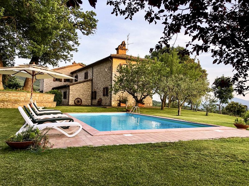 A swimming pool overlooking the Tevere Valley, vacation rental in Guardea