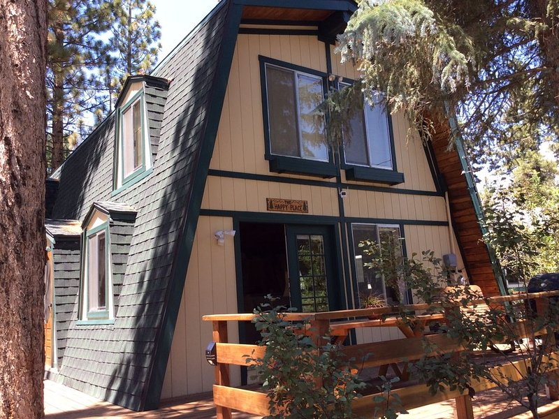 'The Happy Place', Family Friendly Cabin, - Spa and WIFI, alquiler de vacaciones en Big Bear City