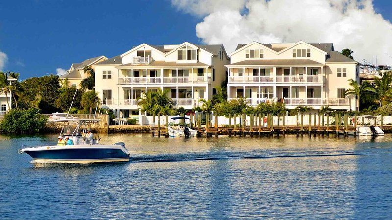 **THE COMMODORE'S MANOR * THE BIGHT** Waterfront Home & Pool + LAST KEY SERVICES, holiday rental in Stock Island