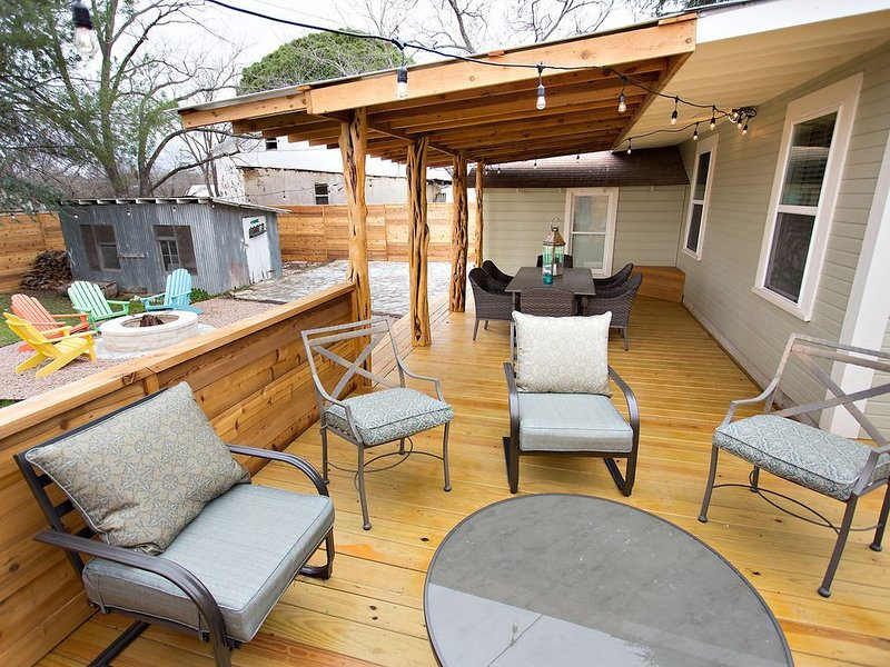 The Sapphire Door: 1 Block from Main St, Large Patio and Cozy Hammock, alquiler de vacaciones en Fredericksburg