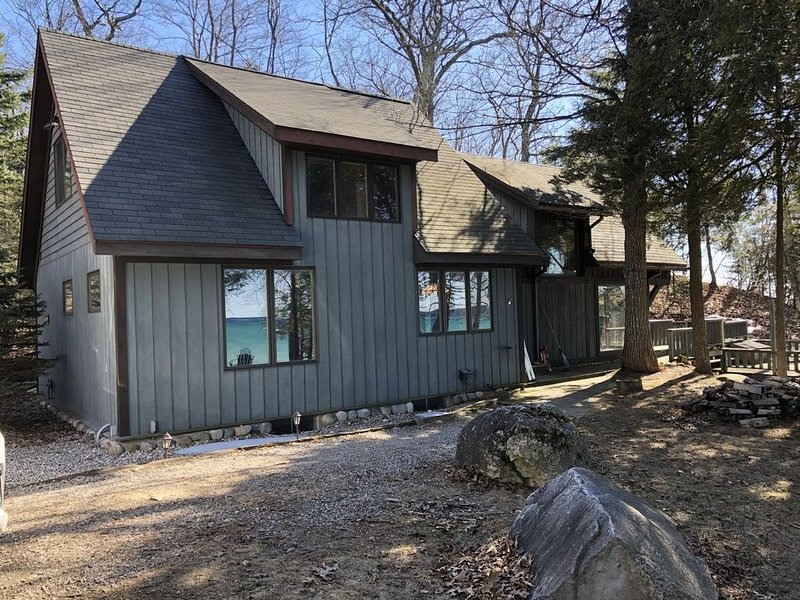 Beachfront Cottage on Lake Michigan in Goodhart along M-119 Tunnel of Trees, location de vacances à Harbor Springs