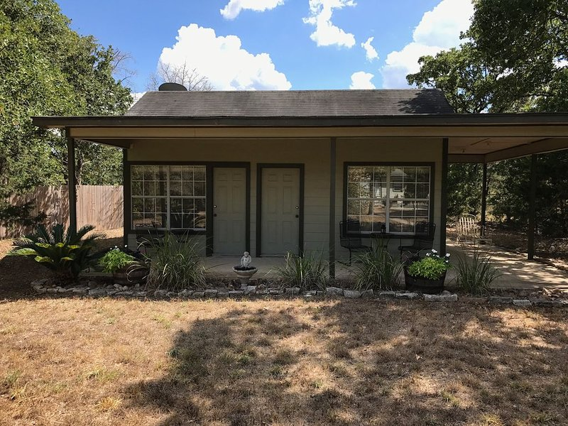 Pool House Retreat between Austin and Bastrop, near COTA and Hyatt Lost Pines., holiday rental in Red Rock