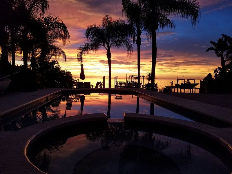 Right on the Gulf of Mexico (Private 4/3 Home) - Private dock, pool and Jacuzzi!, alquiler de vacaciones en Crystal Beach