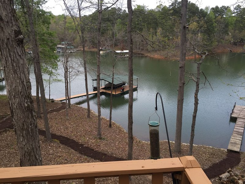 Peaceful Lakefront Getaway At Hartwell -Year Round Family Vacation Spot w Dock, holiday rental in Eastanollee