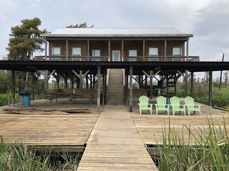 Modern River Camp Located in Akers,LA next to the Famous Sun Buns Bar and Grill, casa vacanza a Madisonville