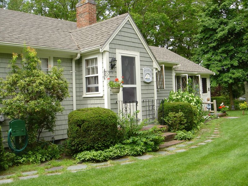 Charming Cape Cod Cottage- breezy, bright and peaceful, holiday rental in Cotuit
