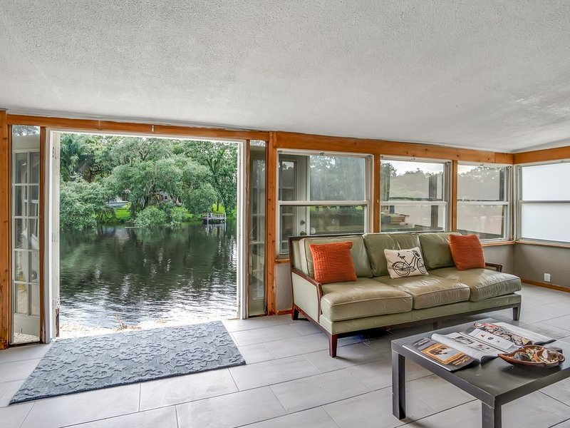 ↳Urban 2200SF Bungalow With Stunning River View, sleeps 10↲, holiday rental in Carrollwood