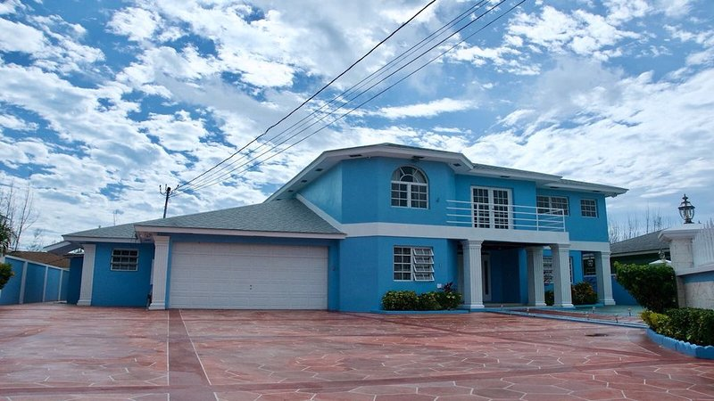 The Blue Mansion Bahamas, holiday rental in Coral Harbour