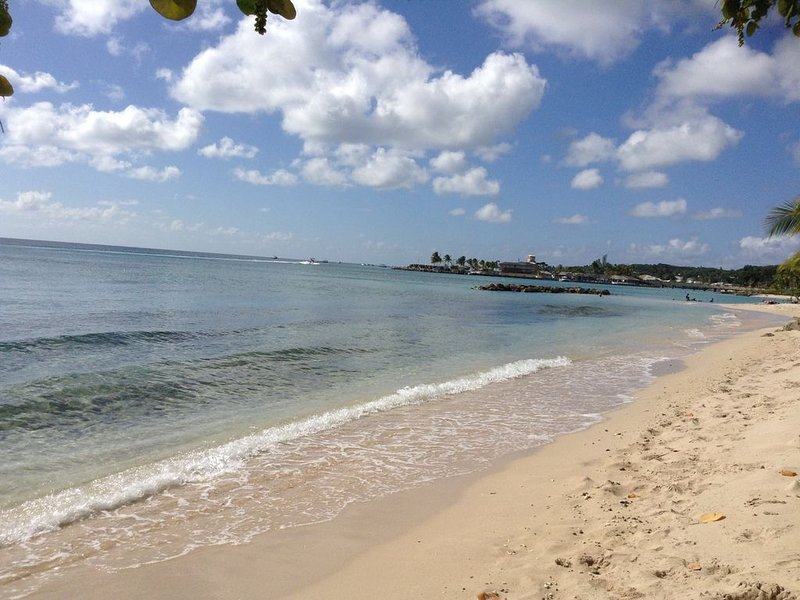 SilverDollar 1 - 200 meters from Heywoods Beach, location de vacances à Speightstown