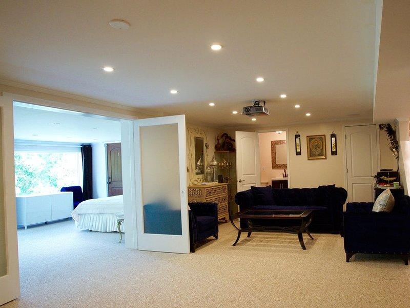 Luxurious Wayzata - New loaded home apartment with kitchen!, location de vacances à Saint Louis Park