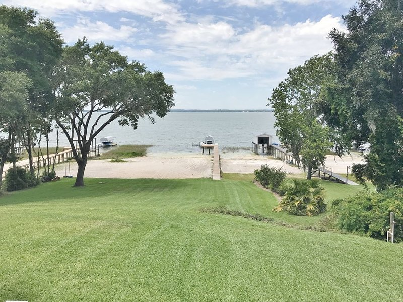 *Recently Renovated 4BR/3BA on Lake Weir*, casa vacanza a Belleview