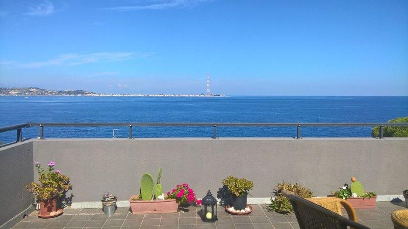 Panoramico appartamento di fronte allo  Stretto di Messina, vacation rental in Favazzina