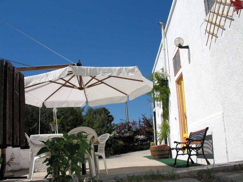 Casa con giardino nel Gargano Macchia Libera   a 10 minuti da Mattinata .SS89 ., alquiler de vacaciones en Mattinata