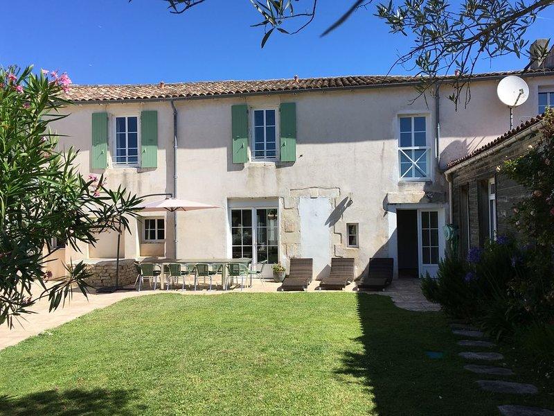 Grande maison de charme au coeur du village de la Couarde proche des plages..., holiday rental in Loix