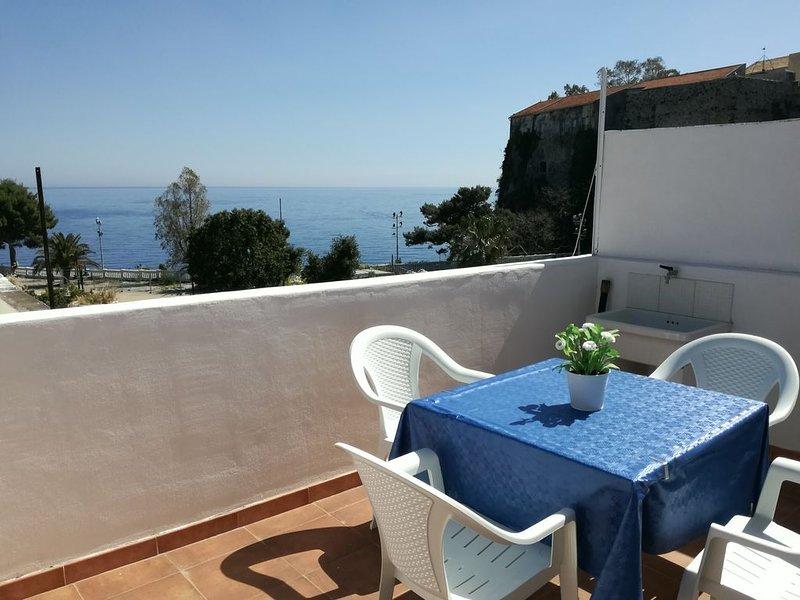 Casa vista mare nel centro storico dell'isola di Lipari, holiday rental in Santa Margherita
