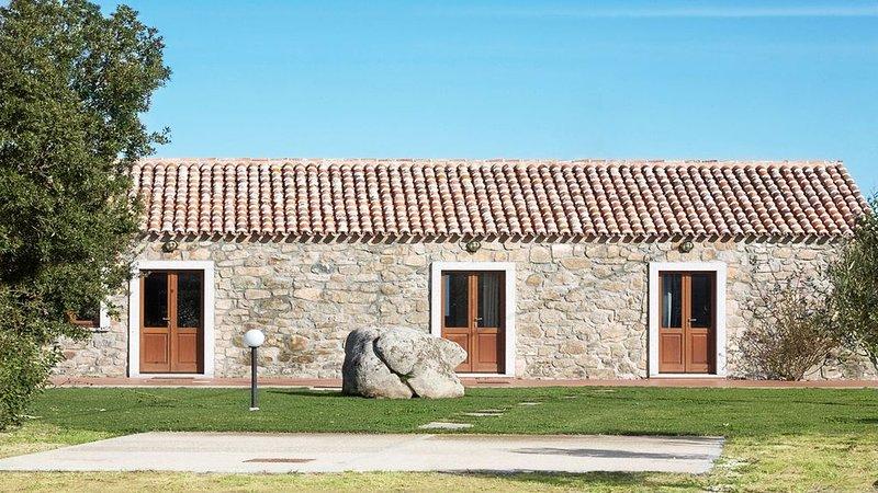Casa 'Olivo'. Quadrilocale in stile Stazzu Gallurese, 3.5Km dal mare, holiday rental in Aglientu