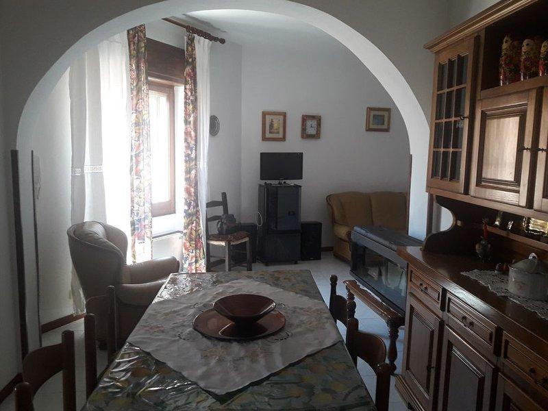 Ampio appartamento arredato, situato nel centro storico e distante 3km dal mare, holiday rental in Muravera