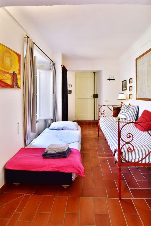 Las dos camas individuales en la habitación en la entrada.