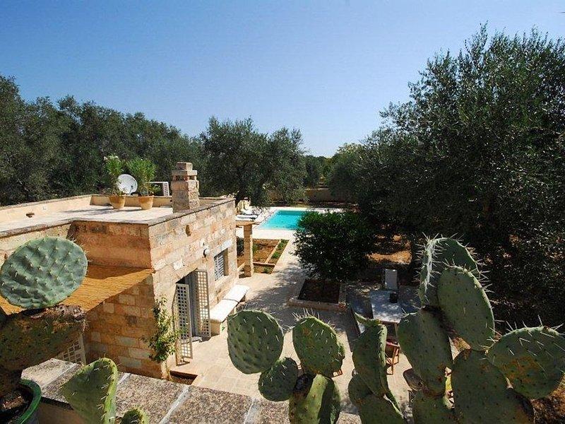 Villa con piscina negli uliveti secolari del Salento, holiday rental in Miggiano