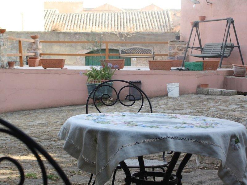 Casa con bellissimo giardino al centro di Laconi, tra mare e montagna, vacation rental in Serri
