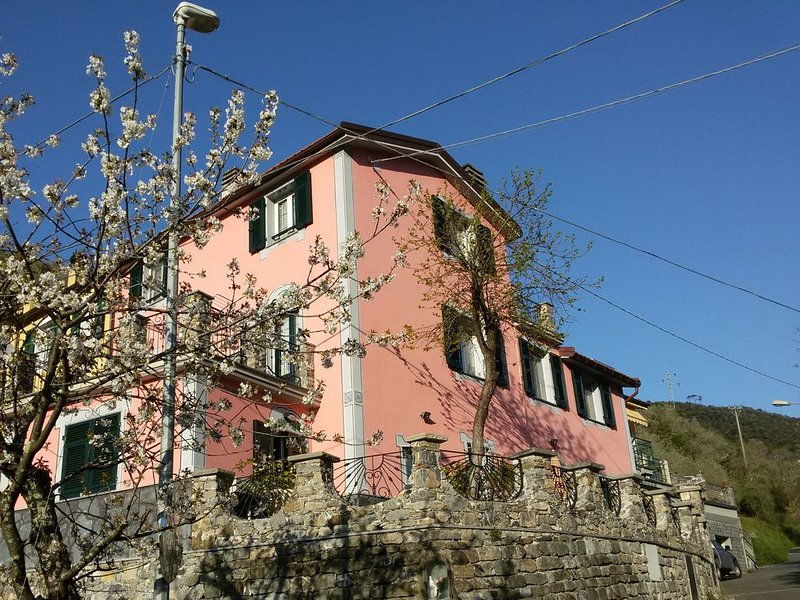 Romantica Villa con giardino nelle verdi colline liguri tra Portofino Sestri Lev, vakantiewoning in Mezzanego