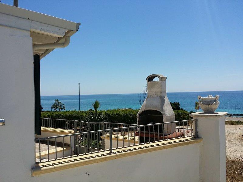 Casa vacanze fronte mare a 30 metri dall'acqua, holiday rental in Torre San Giovanni