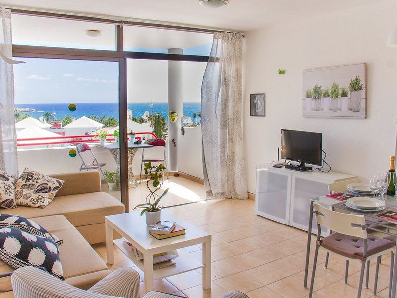 Apartment with terrace facing the sea and at only150 meters from the beach, aluguéis de temporada em Mogan