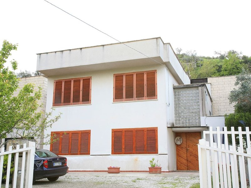 CASA VACANZE 'CASA MANGO', vacation rental in Lustra