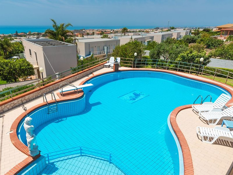 Villa 'Cielo e Mare' spaziosa villa con splendida vista mare e piscina privata, location de vacances à Marina di Ragusa