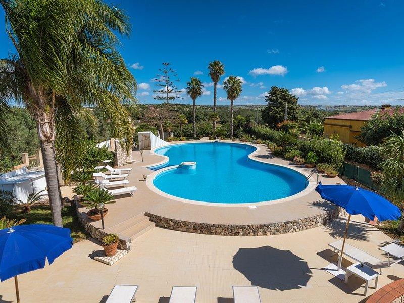 Villa Oasi, elegante Villa con piscina privata a soli 2 km dal mare, vacation rental in Santa Croce Camerina