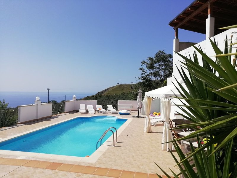 Villa con piscina vista mare, vacation rental in Belmonte Calabro