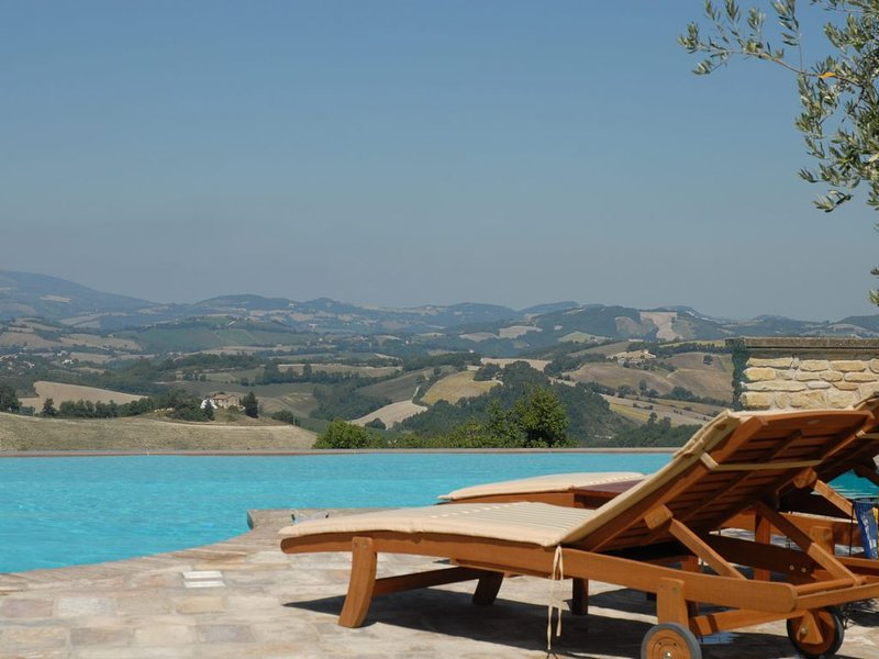 La Corte del Gusto - Villa The Stable with Infinity Pool and an Amazing View, holiday rental in Montefortino