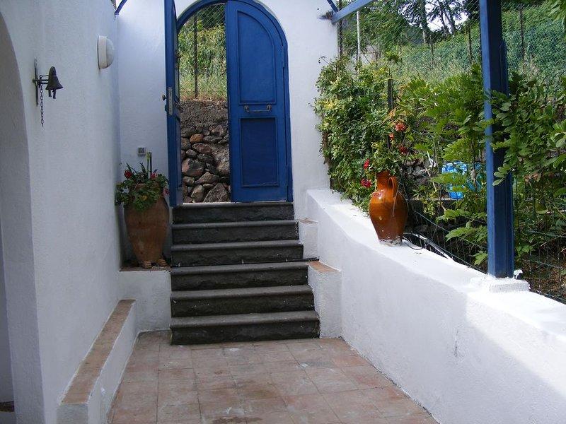 monolocale indipendente in villa  stile eoliano in assoluta tranquillità, holiday rental in Rinella
