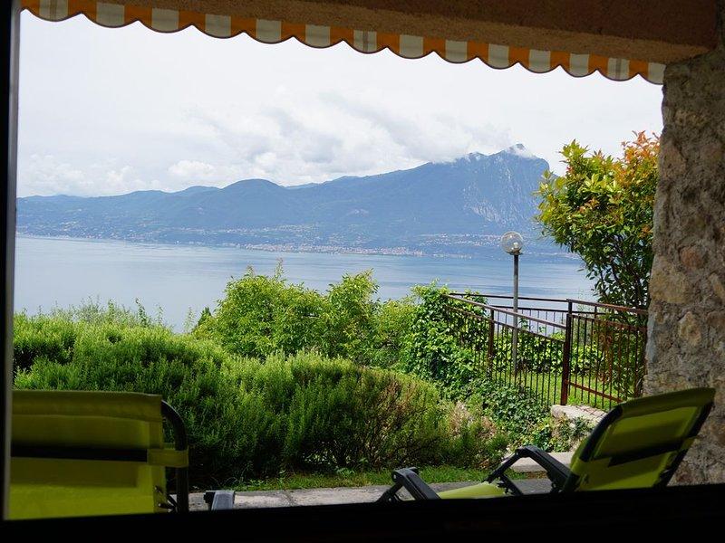 INCANTEVOLE VISTA LAGO, immersa nel verde, WI-FI e ARIA CONDIZIONATA inclusi, holiday rental in Lake Garda