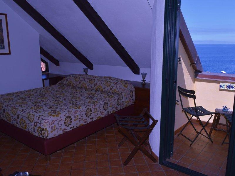 Camera matrimoniale vista mare nel Borgo di Chianalea di Scilla (Calabria), vakantiewoning in Bagnara Calabra