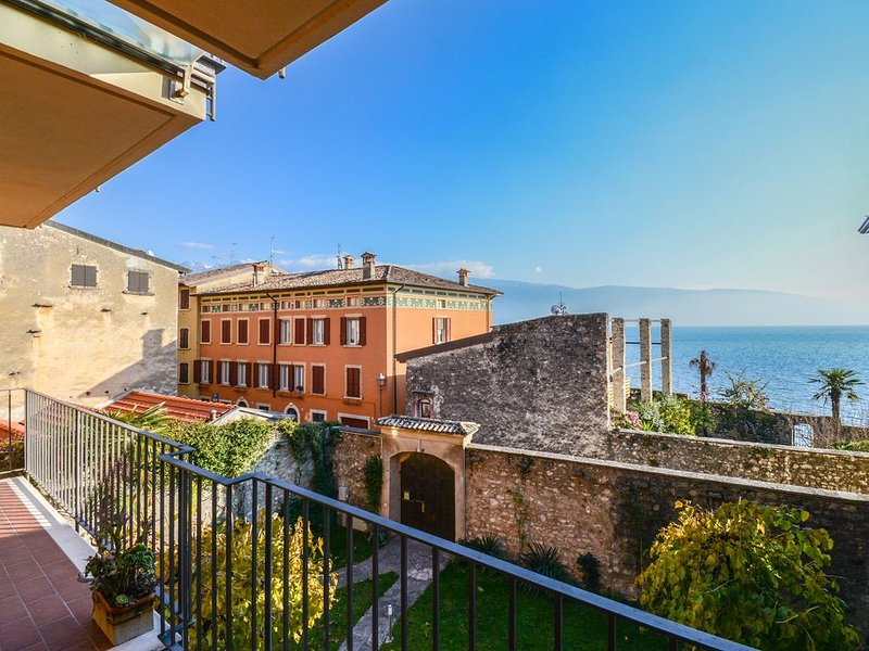 EX DIMORA DI LAWRENCE CON BALCONE E VISTA LAGO, holiday rental in Gargnano