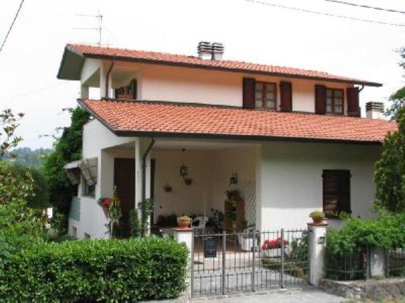 Villa con giardino in campagna a 10 minuti dal centro di Aulla, holiday rental in Aulla
